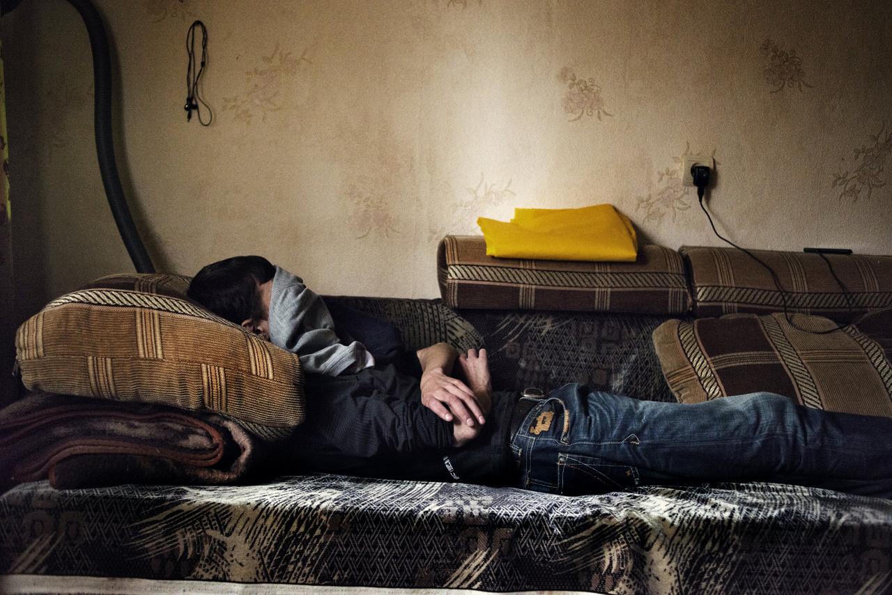 Alekszej fekszik az ágyban jekatyerinburgi otthonában, miután belőtte magát krokodillal. Az 1,5 milliós Jekatyerinburgban és környékén körülbelül 40 ezer drogfüggőt regisztráltak akkoriban, de ez csak egy becslés. A városban dolgozó drogfüggőket segítő szervezet szerint a krokodil nagyobb pusztítást végzett Oroszországban, mint a heroin a Szovjetunió összeomlása után, a használók 90 százaléka meghalt.