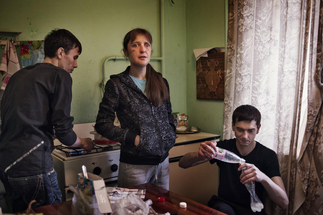 A krokodil a kétezres években jelent meg Oroszországban, olcsósága és könnyű hozzáférhetősége miatt hamar elterjedt a szegényebb társadalmi csoportok körében. Körülbelül tized annyiba kerül, mint a heroin, nem véletlenül nevezik a szegények heroinjának is. A krokodil hatóanyaga egy opiát származék, a dezomorfin, amit különböző, legálisan kapható gyógyszerekből vonnak ki. A Satolli által is jól dokumentált előállítási folyamat során keletkező maró, savas szennyezőanyagok felelősek a használók testén kialakuló elváltozásokért. Hatását nézve viszont legalább ugyanolyan erős, lebegést, eufóriát élnek át használói. Különbség, hogy intenzív hatása miatt a krokodilt sűrűbben kell szúrni, az eufória hamar - akár 40 perc alatt is -  lecsenghet.