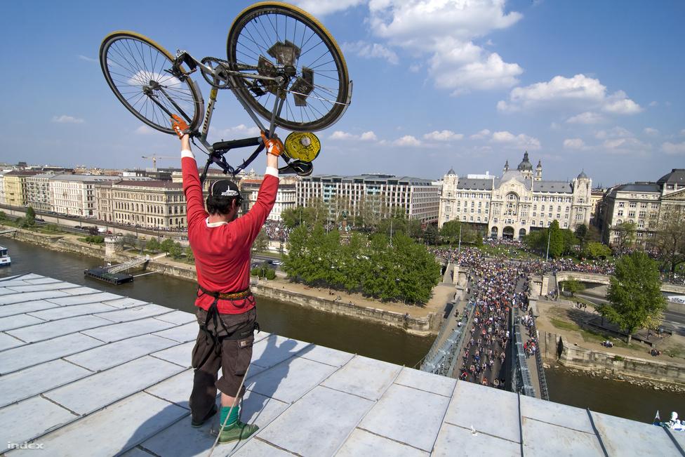 Bár a Critical Mass nem magyar találmány, hanem harcos biciklisek demonstrációja, a felvonulás Budapesten vált olyan népszerűvé, hogy a város egyik nevezetessége lett.