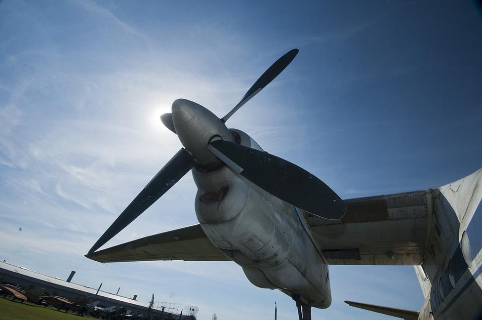 Az Antonov An-24V a keceli gyűjtemény legnagyobb darabja. Egy-egy hajtóművének teljesítménye több mint 2500 lóerő