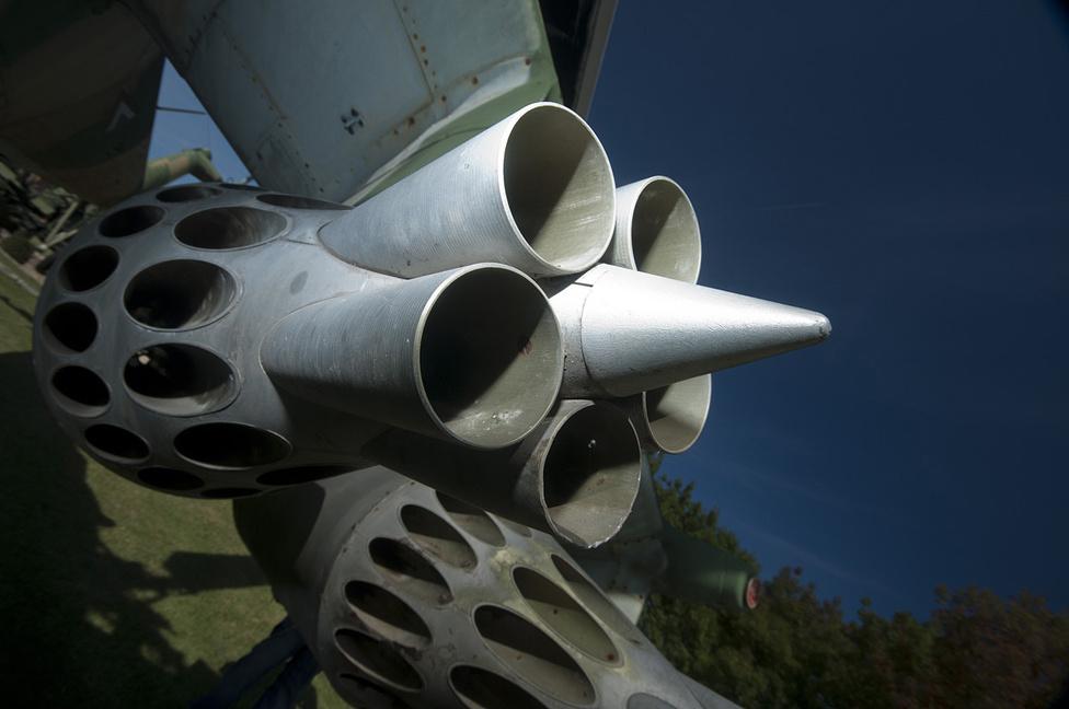 A Mi-24 harci helikopter nem irányított UB rakétablokkjai. Aligha akad félelmetesebb megjelenésű fegyver az arzenáljában, bár a szárnyvégekre szerelt, irányított rakéták sokkal hatékonyabbak földi célok ellen, feltéve, ha szempont a pontosság
