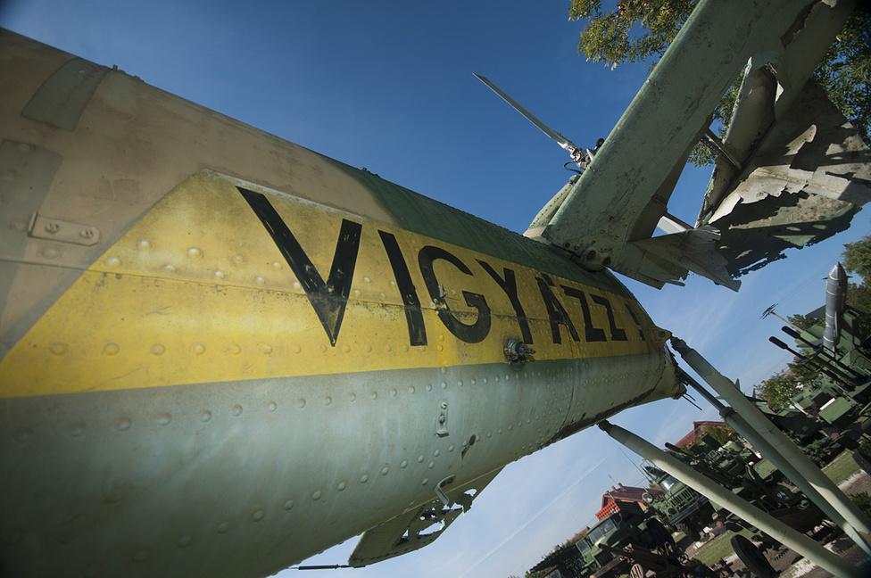 A Mi-24 a szükséges figyelmeztetéssel. A farokrotor körül tényleg érdemes volt vigyázni - mikor még működőképes volt a gép.
