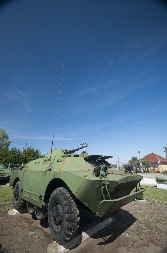 A BRDM-2 úszóképes felderítő harcjármű - a két kis kerék-pár középen a felakadást hivatott megakadályozni terepen
