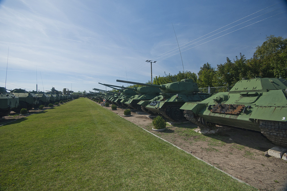 Javarészt orosz haditechnikát láttunk, a Magyar Honvédség egykori készletéből. Ez a hátsó sor tucatnyi késői T-34-essel indul