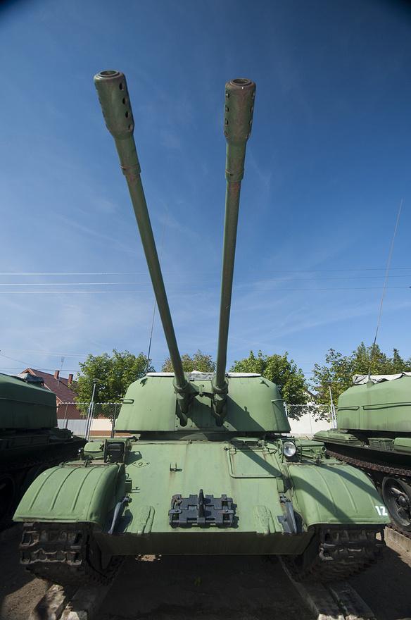 A kétcsövű tank. A ZSU-57-2 a T-54-es alvázára épített önjáró légvédelmi üteg, két S68 jelzésű 57 mm-es automatikus töltésű ágyújával az ellenséges repülőgépek lelövése volt a feladata. A légvédelmi rakéták mellett már ötven éve elavult - Magyarország akkoriban vett egy nagyobb tételt