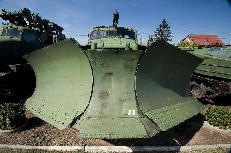 A BAT-M szörnyű öszvér: T-54 alváz, szélesített ZiL 157 fülke és egy hatalmas, eke-forma földtoló kombinációja. Elsődleges feladata az út megtisztítása lett volna az előrenyomuló csapatok előtt, akár egy nukleáris támadás helyszínén is (túlnyomásos kabinja volt). Most már csak ócskavas