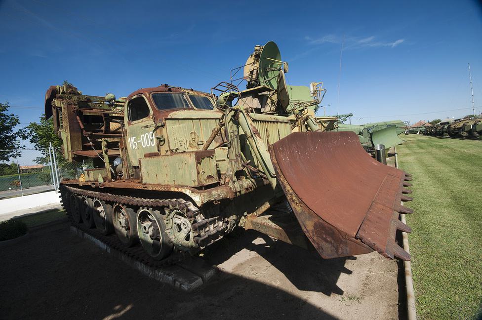 Az MDK-2M speciális jármű - a hátulján látható kramanc az alagútásó készülék. Ezzel gyorsan telepíthető, előregyártott bunkerek vagy földalatti raktárak számára készíthette elő a terepet