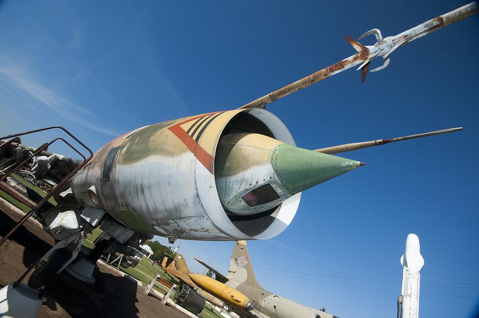 A SzU-22 (NATO kód: Fitter) vadászbombázó szemből. Épp olyan ebből a perspektívából, mint a MIG-ek - az csak élőben látszik, hogy legalább másfélszer akkora. A háttérben egy Aero L-39ZO Albatros, keletnémet jelzésekkel, annak idején 24-et kaptunk amolyan hagyatékként tőlük