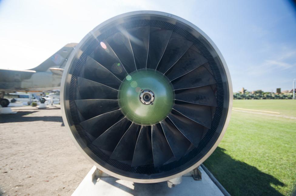 Egy vadászgép-sugárhajtómű, csak úgy magában. Ilyen is akad a keceli gyűjteményben szép számmal. A speciális ötvözetből készült kompresszor-lapátokat egyáltalán nem fogja az időjárás