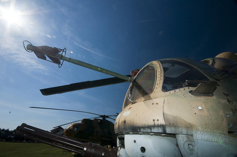 A Mi-24D harci helikopter Jakusev-Borzov 12,7 milliméteres forgócsöves gépágyúja ma is félelmetes látvány, bár ezzel a példánnyal aligha lőnek már. A híres Bakony Harcihelikopter ezredet 2004-ben szüntették meg