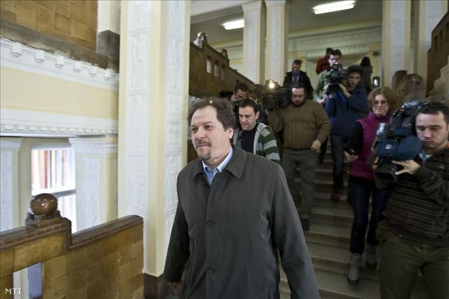 Antal Attila, a BKV Zrt. volt vezérigazgatója távozik a Budai Központi Kerületi Bíróság épületéből 2010-ben.