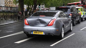 Koccant Boris Johnson autója, amikor egy tüntető beugrott elé