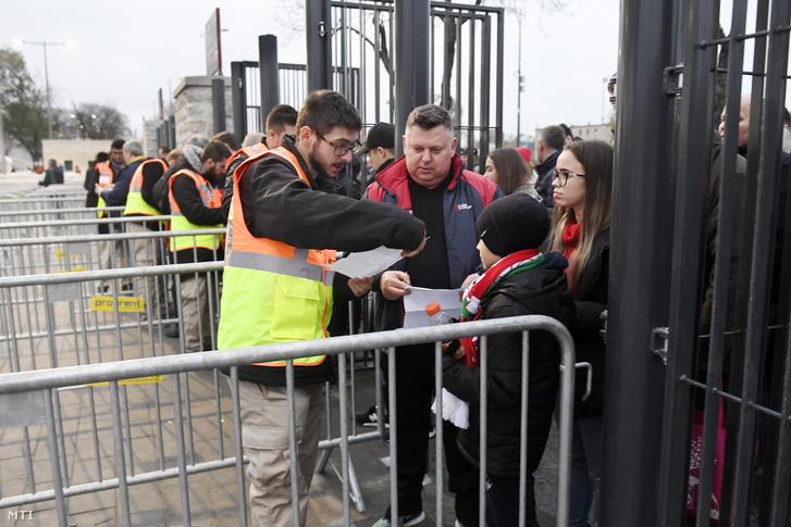 Szurkolók a beléptetőkapuknál Puskás Aréna nyitóünnepsége előtt