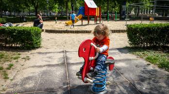 Már nem kötelező maszkot hordani a budapesti játszótereken