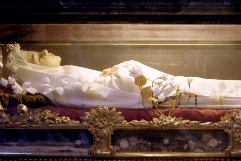 Boldog Imelda Lambertini (1320/1322-1333) - Gazdag család egyetlen gyermekeként született Bolognában. Anyja kis korától fogva táplálta benne a hitét. Hamar elhatározta, hogy Istennek szeretne élni. 12 éves korában vonult kolostorba, de egyelőre nem lehetett elsőáldozó. Nem tudta elfogadni ezt. Egy mise után csoda történhetett: története szerint megjelenhetett feje fölött egy fénylő ostya. A pap ekkor mégis áldoztatta. A kislány kis idő múlva meghalt extázisában. 1826-ban boldoggá, 1908-ban szentté avatták. Az elsőáldozók védőszentje.