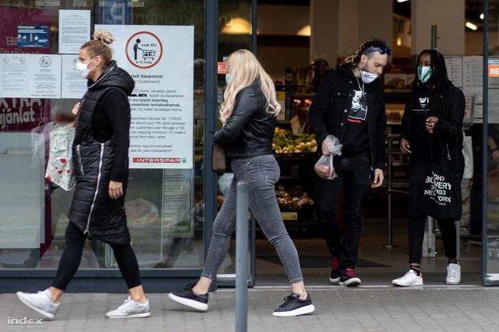 Vásárlók egy budapesti élelmiszerboltban 2020. május 14-én