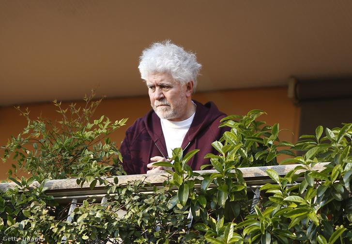 Pedro Almodóvar madridi erkélyéről tekint le Európa helyzetére