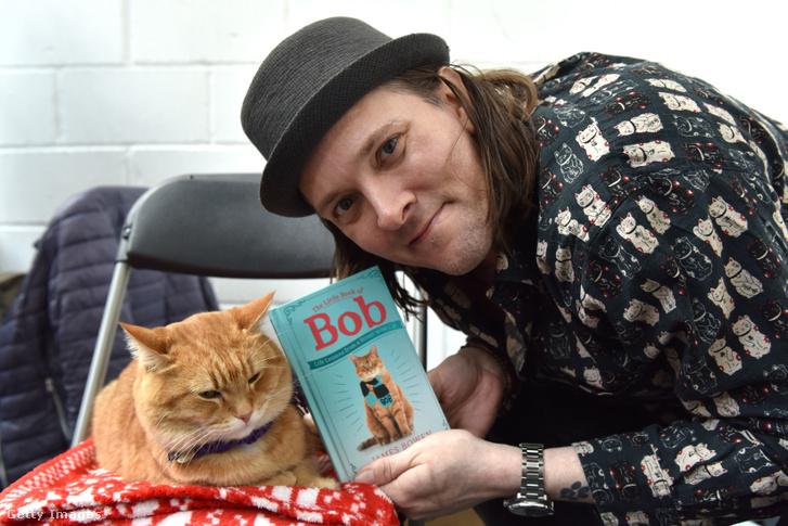 Bob, a macska (balra) és gazdája, James Bowen