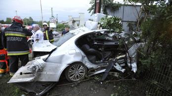 Olyan erővel csapódott oszlopnak egy BMW a Soroksárin, hogy kiesett belőle a motor