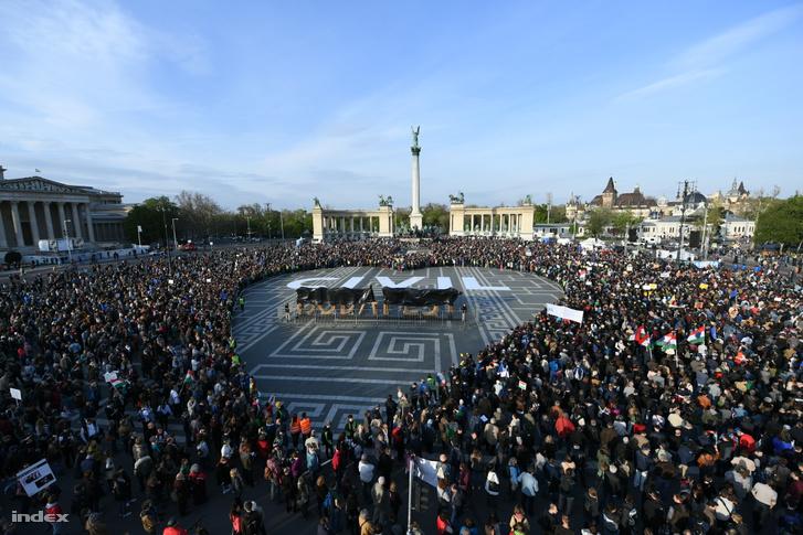 A CEU-törvény és a parlamenti elfogadás előtt álló civiltörvény ellen szervezett tiltakozás a budapesti Hősök terén 2017. április 12-én