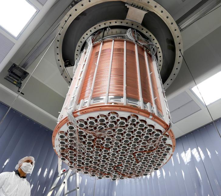 Az összeállított detektor alulnézetből, benne a fotoelektron-sokszorozó csövek sorozata, és a rézborítás