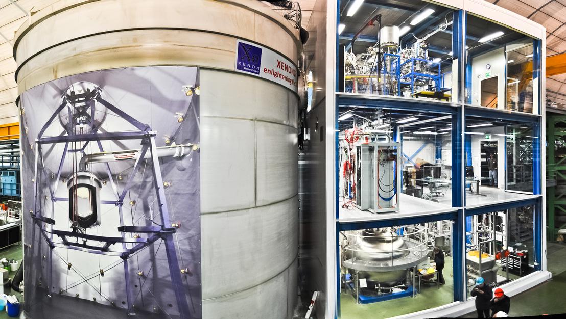 A több emeletes detektor, a siló oldalán a belsejét mutató molinóval