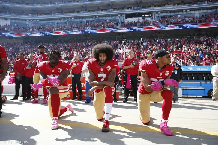Eli Harold, Colin Kaepernick és Eric Reid a San Francisco 49ers játékosai térdelnek az amerikai himnusz alatt 2016. október 23-án, a Kaliforniai Santa Clara-ban a Levi Stadionban.