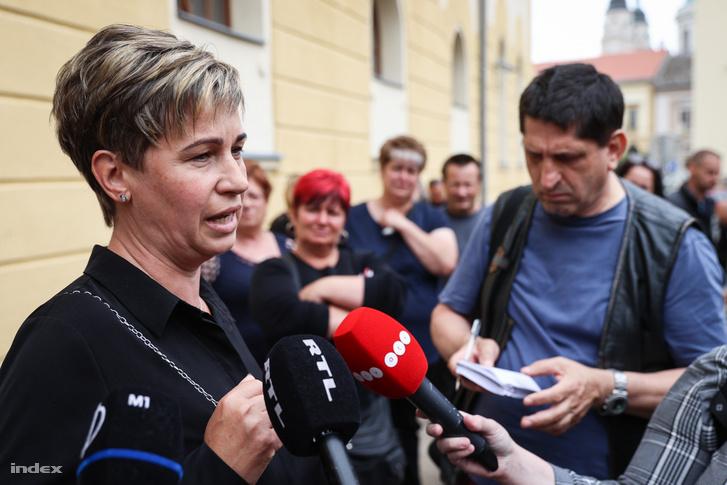Az áldozat édesanyja nyilatkozik a sajtónak