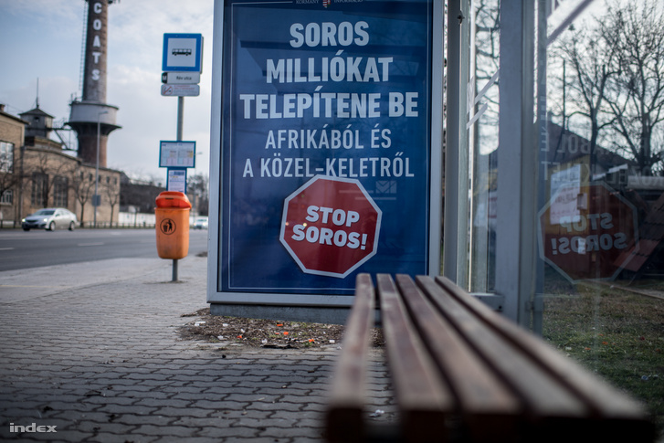 Stop Soros kormány propaganda plakát 2018-ban, egy budapesti buszállomásnál