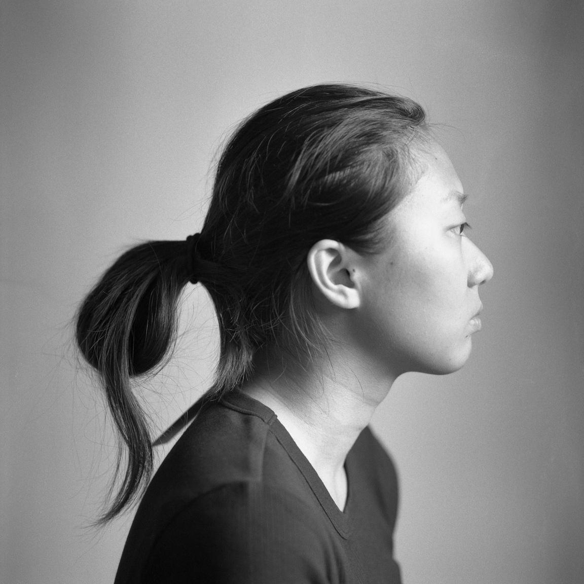 """Miután Shiqi az Egyesült Államokba költözött, szabadidejének nagyobb részét a lakásban töltötte a kütyüjeivel ahelyett, hogy az udvaron vagy az utcán játszott volna. Ez a turtle vagy text neckként ismert, előregörbülő nyakkal járó szindrómához vezetett nála.                          """"A nyaraimat azelőtt az utcán töltöttem a szülővárosomban. Aztán a gyerekkorom luxusát hamarosan felváltották az elektronikus eszközök, és egy görnyedő póz."""""""