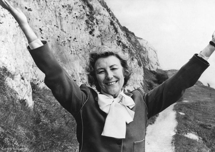 Vera Lynn Dover fehér sziklái előtt 1987-ben