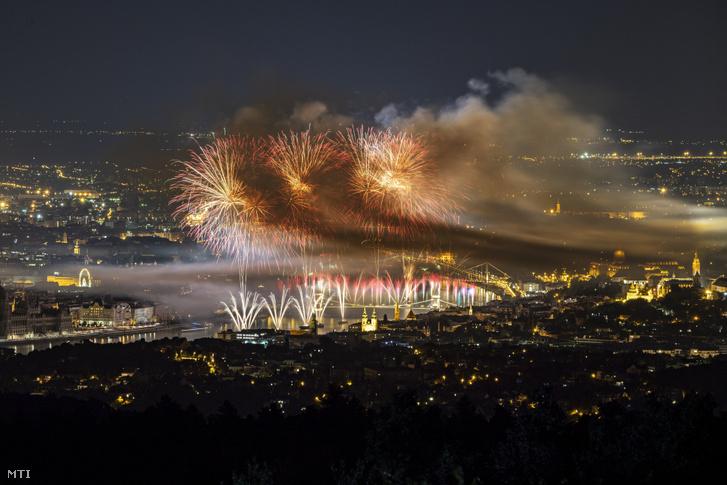 Tűzijáték a Duna felett Budapesten 2019. augusztus 20-án