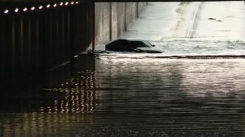 Belehajtott egy lezárt aluljáróba egy Audi, elsüllyedt