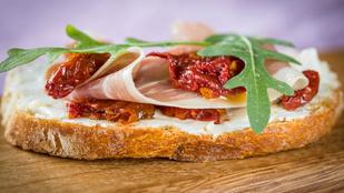 Íme a pizza egyszerű változata: pizzás, házi melegszendvicskrém kétféle sajttal