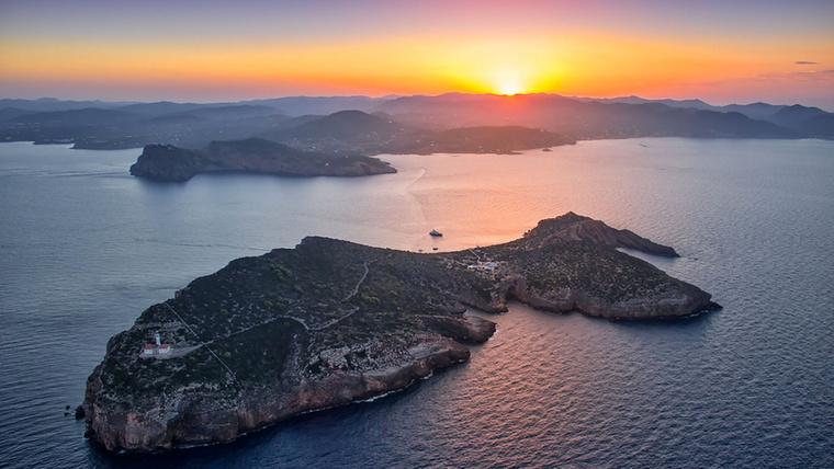 Pazar környék, igaz? A szóban forgó látkép Spanyolországban terül el, méghozzá a neves bulisziget, Ibiza partjainál.
