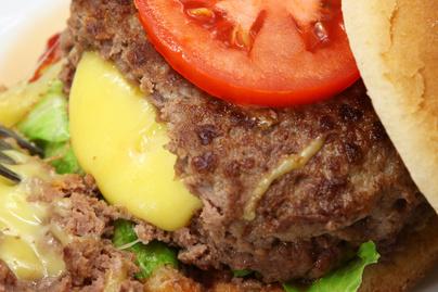 Így készül a szaftos juicy lucy hamburger - Olvadt sajt van a húspogácsában