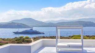 Bakancslistára: íme egy magánsziget Ibiza partjainál, amihez személyzet is jár