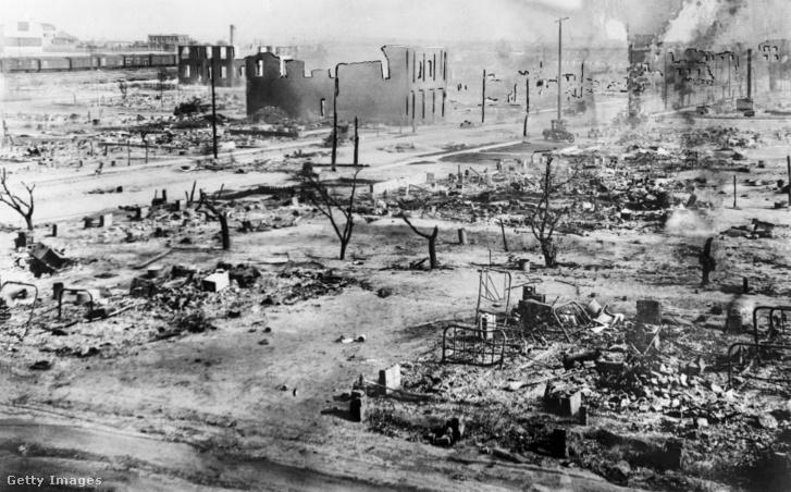 A tulsai Greenwood District maradványai, miután a fehér csőcselék mészárlást hajtott végre, és felgyújtott több üzlethelyiséget