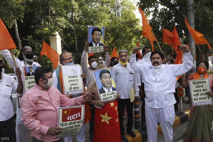 Az Egyesült Hindu Front egy helyi jobboldali csoport aktivistái a kínai kormány ellen tüntetnek Újdelhiben 2020. június 18-án