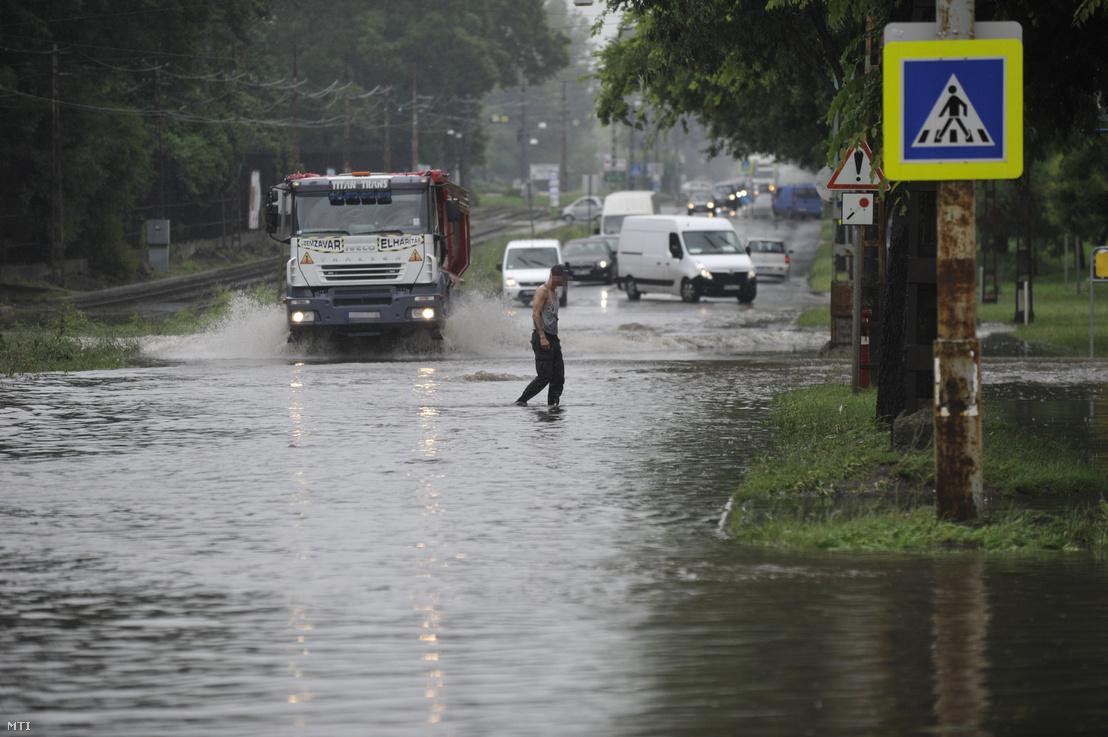 Teherautó közlekedik a vihar után összegyűlt esővízben a főváros X. kerületében a Maglódi úton 2020. június 18-án.