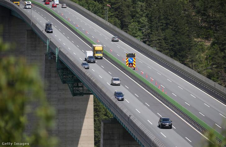 Autósok egy osztrák autópályán 2020. június 03-án.