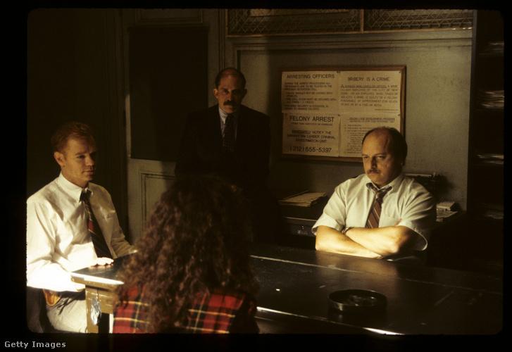 Az asztal mögött az Andy Sipowitzot alakító Dennis Franz (NYPD Blue)