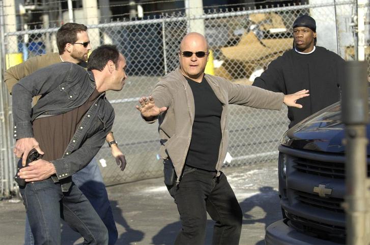 Michael Chiklis (középen) a The Shield (Kemény zsaruk) forgatásán.