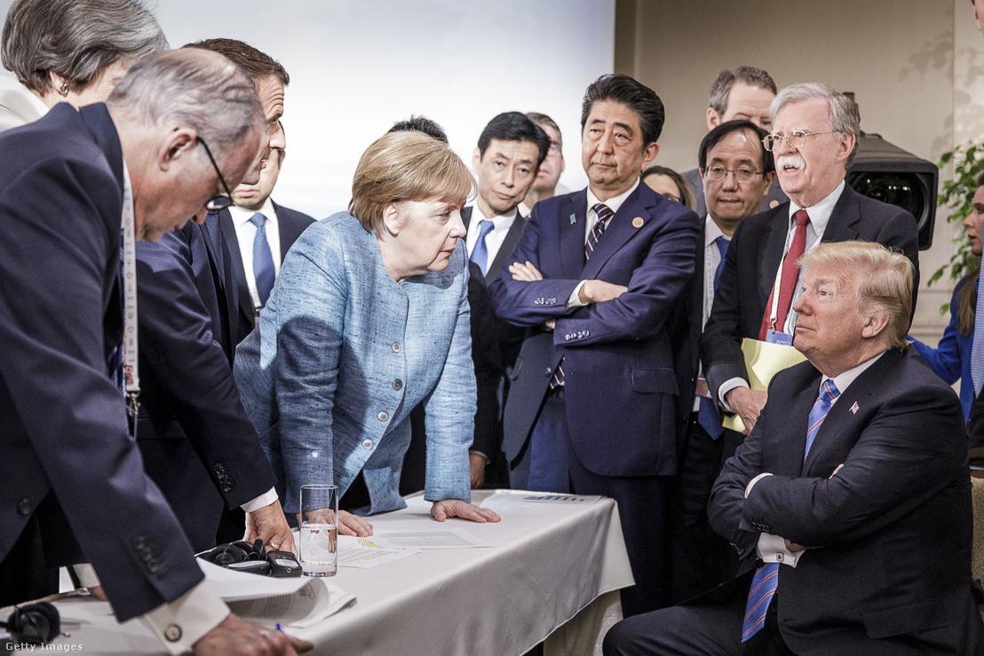 John Bolton (jobbra fent) a résztvevő államok vezetőivel a 2018-as G7 csúcstalálkozón