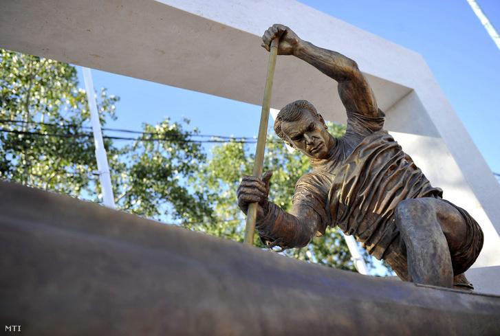 A 2008-ban elhunyt Kolonics György olimpiai bajnok kenus felavatott szobra, Kligl Sándor Munkácsy-díjas művész alkotása a velencei-tavi evezős és kajak-kenu pálya céltornyánál 2013. augusztus 2-án