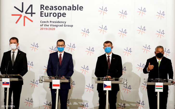 Balról-jobbra: Igor Matovic szlovák, Mateusz Morawiecki lengyel, Andrej Babis cseh és Orbán Viktor magyar miniszterelnök a visegrádi országok (V4) kormányfői csúcstalálkozóján a csehországi Lednicében 2020. június 11-én