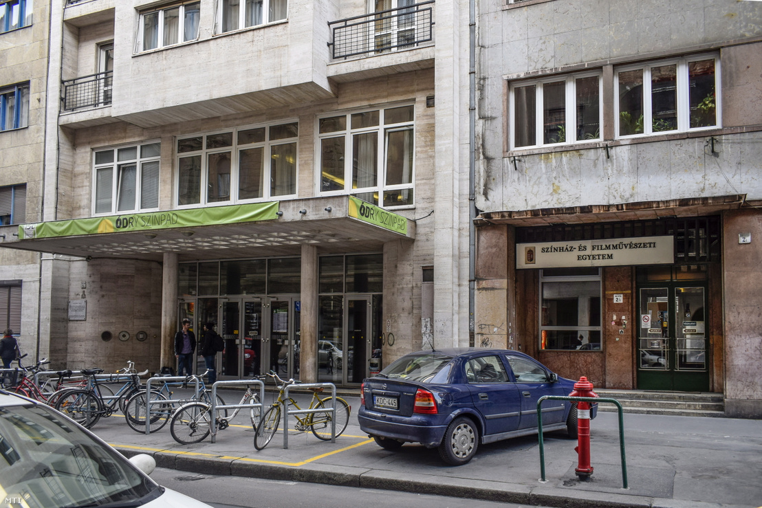 Az Ódry Színpad és a Színház- és Filmművészeti Egyetem bejáratai a VIII. kerület Vas utca 2c-ben