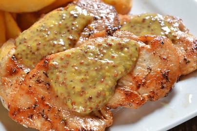 Omlós csirkemell dijoni mustáros-tejszínes szószban – Soha nem sült még ilyen puhára