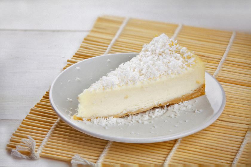 A sütés nélkül készült kókuszos sajttorta isteni finom, a kókusz íze dominál a könnyű desszertben.