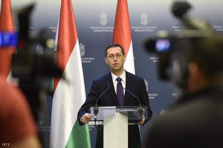 Varga Mihály nemzetgazdasági miniszter az Államadósság Kezelő Központ vezérigazgatójával a sajtótájékoztatón a Nemzetgazdasági Minisztériumban 2016. december 28-án.